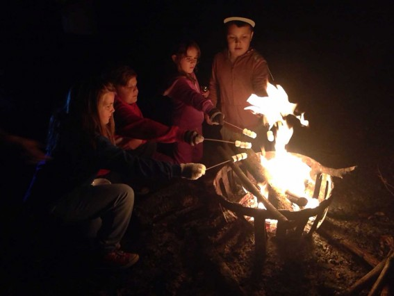 Pupils around a campfire with marshmallows